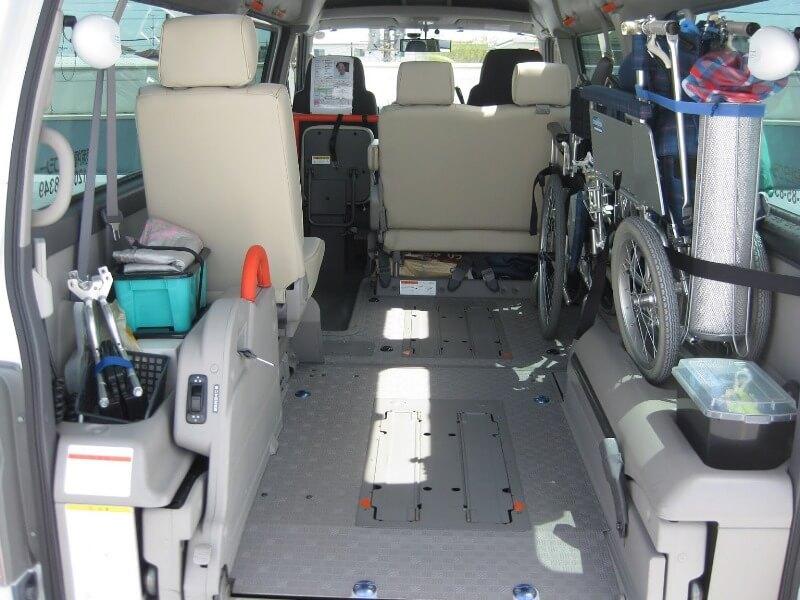 車内内部に収納された車いす