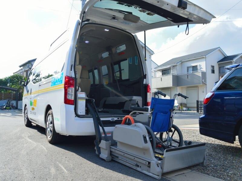 介護車両リフト操作イメージ