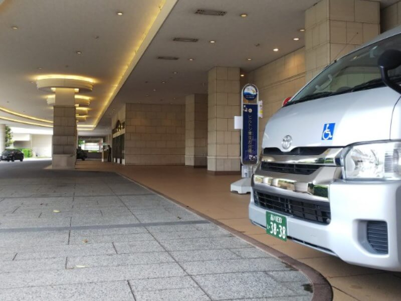 ホテル車寄せと介護車両