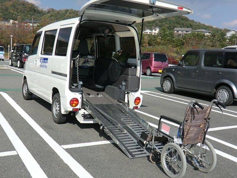 介護車両後部スロープと車いす