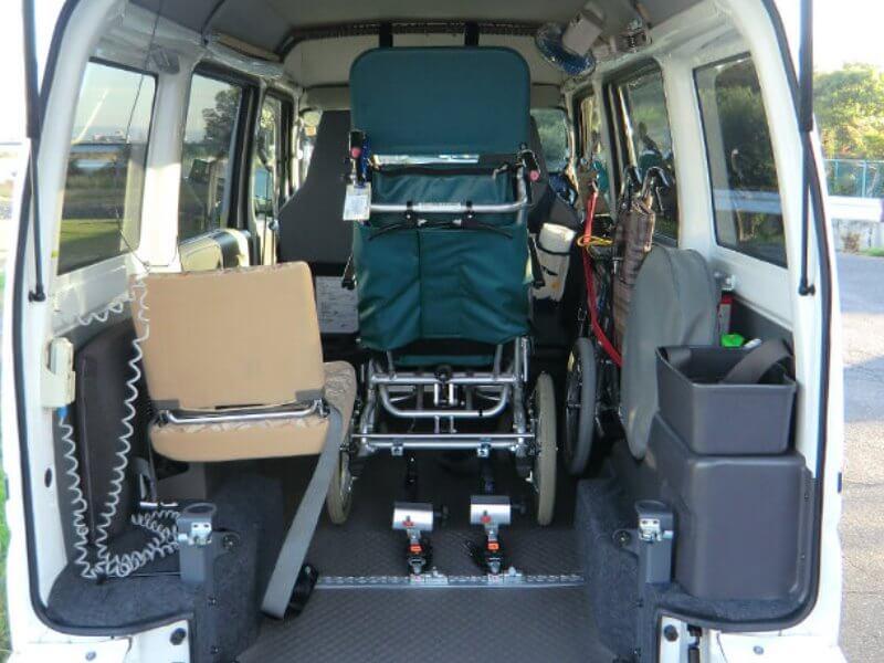 介護車両内部リクライニング車いす乗車時