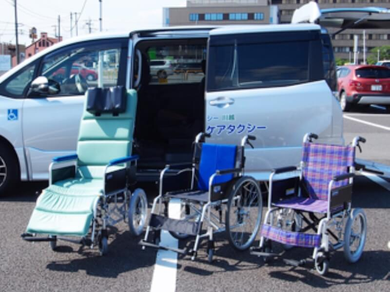 車いす2台とリクライニング車いす1台