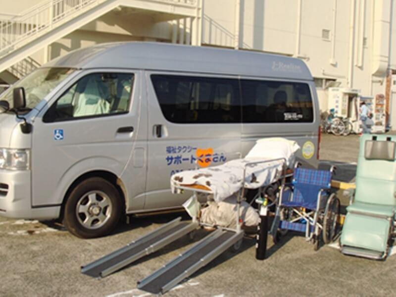 介護車両と機材