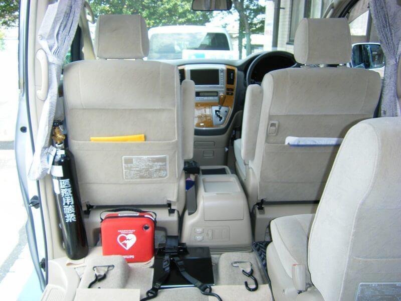 車内に設置された医療用酸素とAED