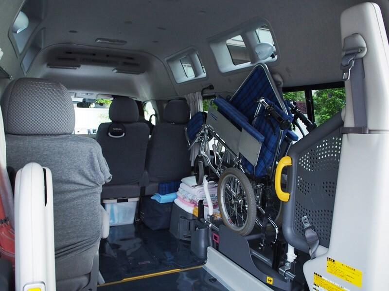 介護車両内部と車いす収納