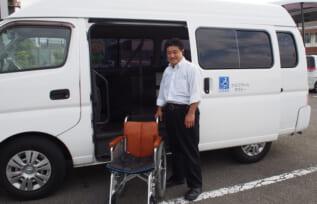 介護車両とドライバーの島田さん