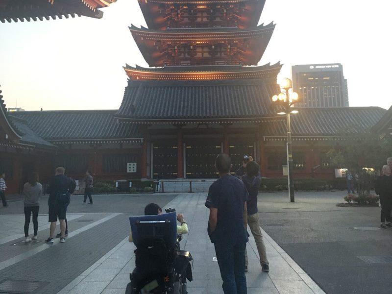 車いすの少年と写真撮影