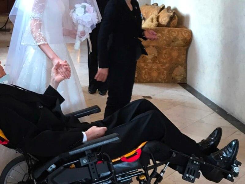 花嫁と車いすのお父さん
