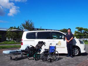 ケアチャンプの崎尾さんと介護タクシー車両・機材