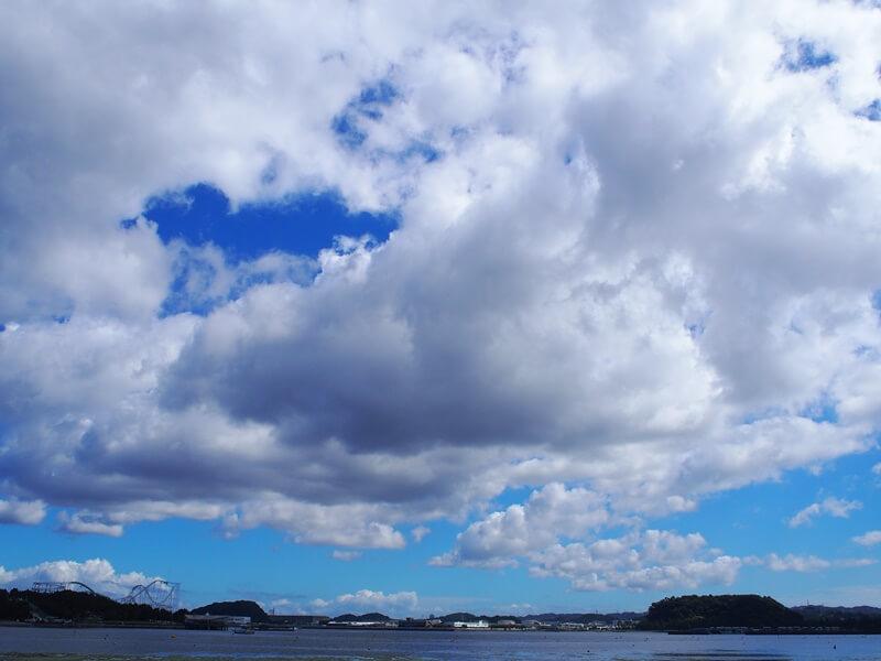 海の公園に広がる雲