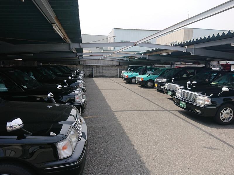 車庫で待機するタクシー