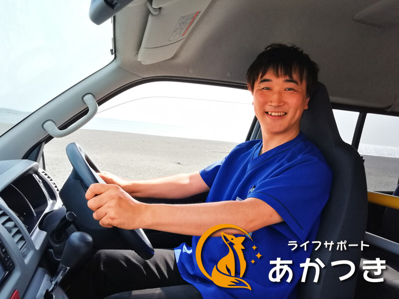 運転席に座るドライバーの遠藤さん