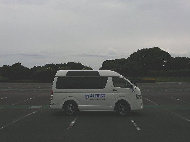 曇り空の下の介護タクシーアイファースト