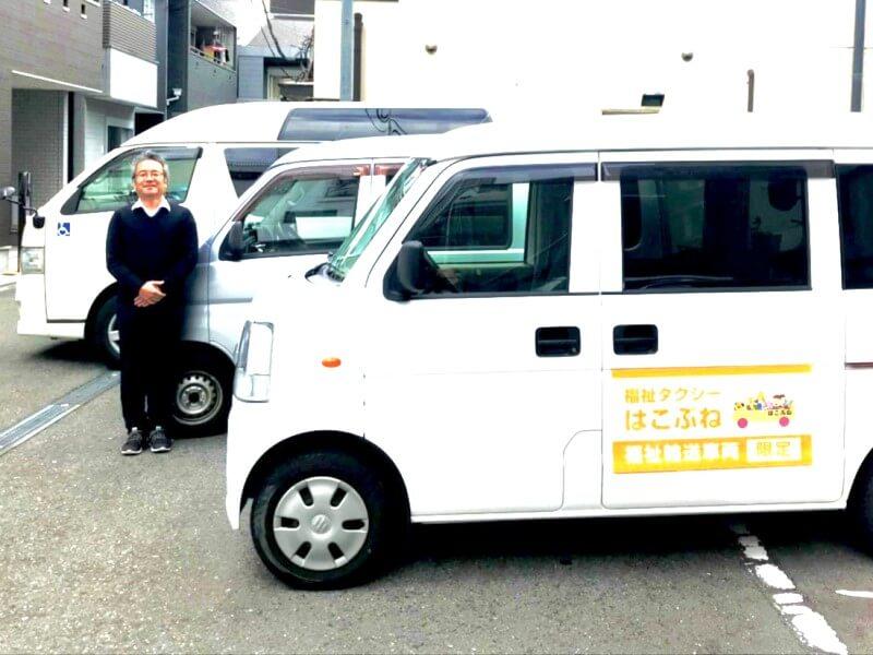 代表の吉田さんと介護車両