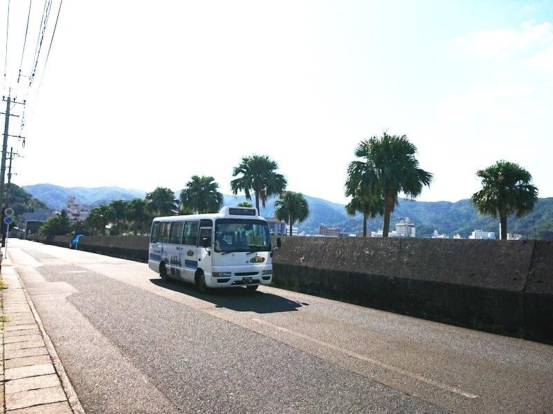 名瀬港沿いの路線を走るしまバス
