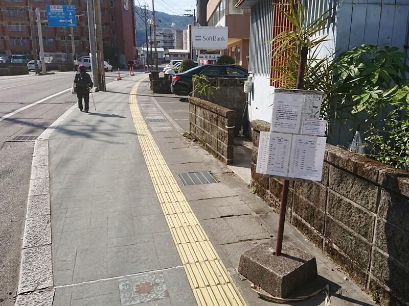 バス停を通り過ぎる高齢者