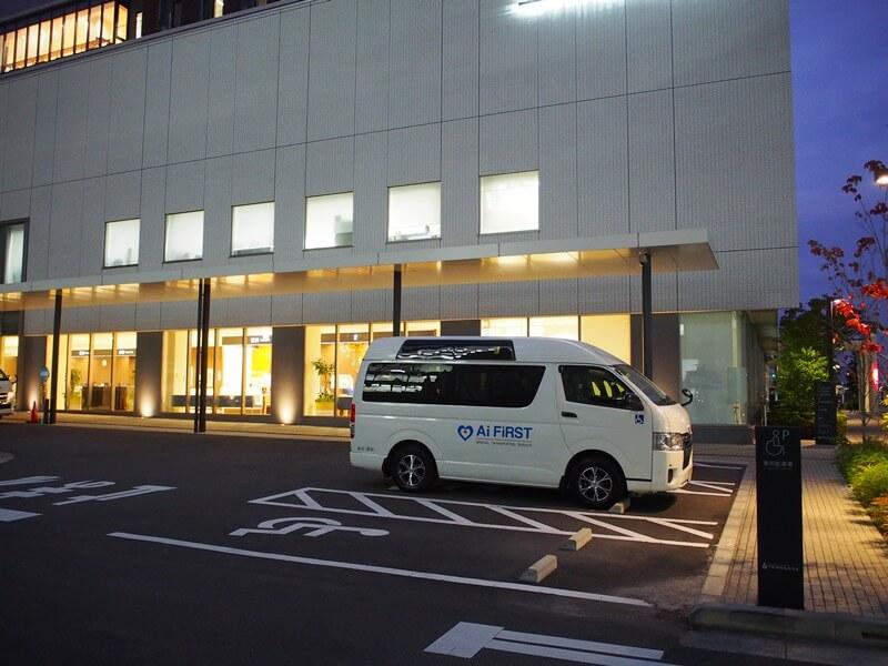病院の駐車場に停車するアイファーストの車両