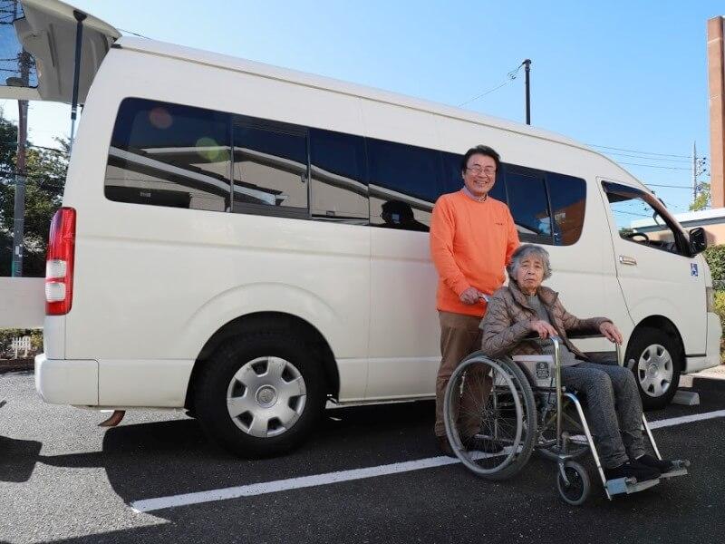 介護車両、介助者と利用者