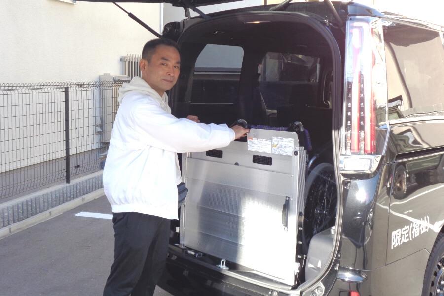 介護車両エスクァイアのスロープを操作する山崎さん