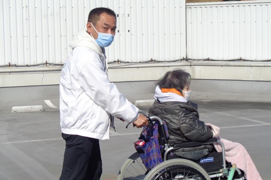 車いす介助中の山崎さん