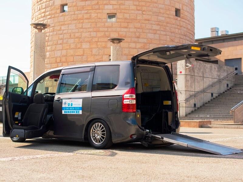 福祉車両ノア助手席リフトアップシートと後部スロープ